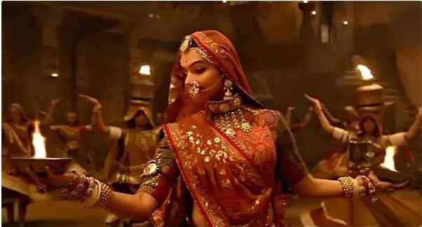 Usage of Diyas in Ghoomar song