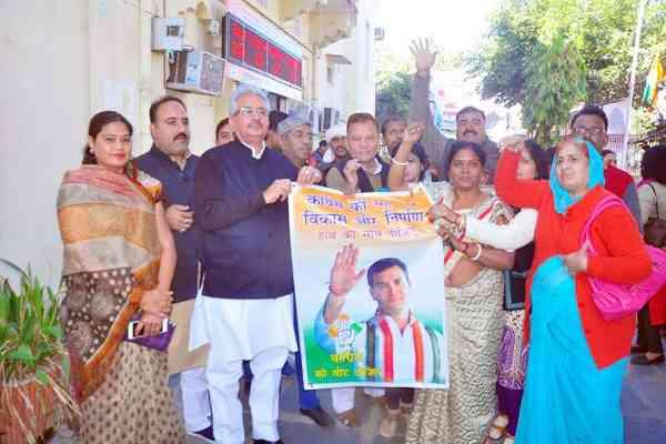 राहुल गांधी के कांग्रेस अध्यक्ष बनने पर पीसीसी में हुई आतिशबाजी