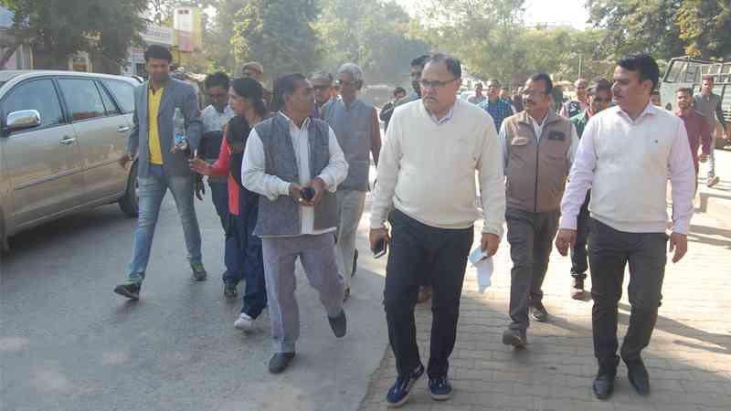 सवाई माधोपुर जिला कलेक्टर वर्मा जिले का पैदल भ्रमण करते हुए।