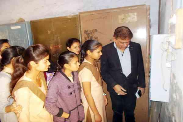 बूंदी के राजकीय महारानी सीनियर सैकंडरी स्कूल में सेनेटरी पैड वेंडिंग मशीन का हुआ शुभारंभ