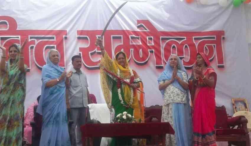 Women honouring CM at Rajasthan Gaurav Yatra