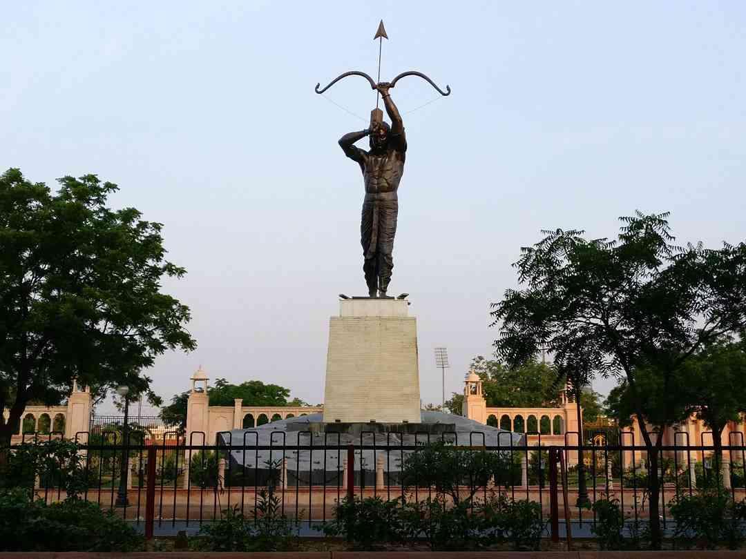 sms stadium arjuna statue