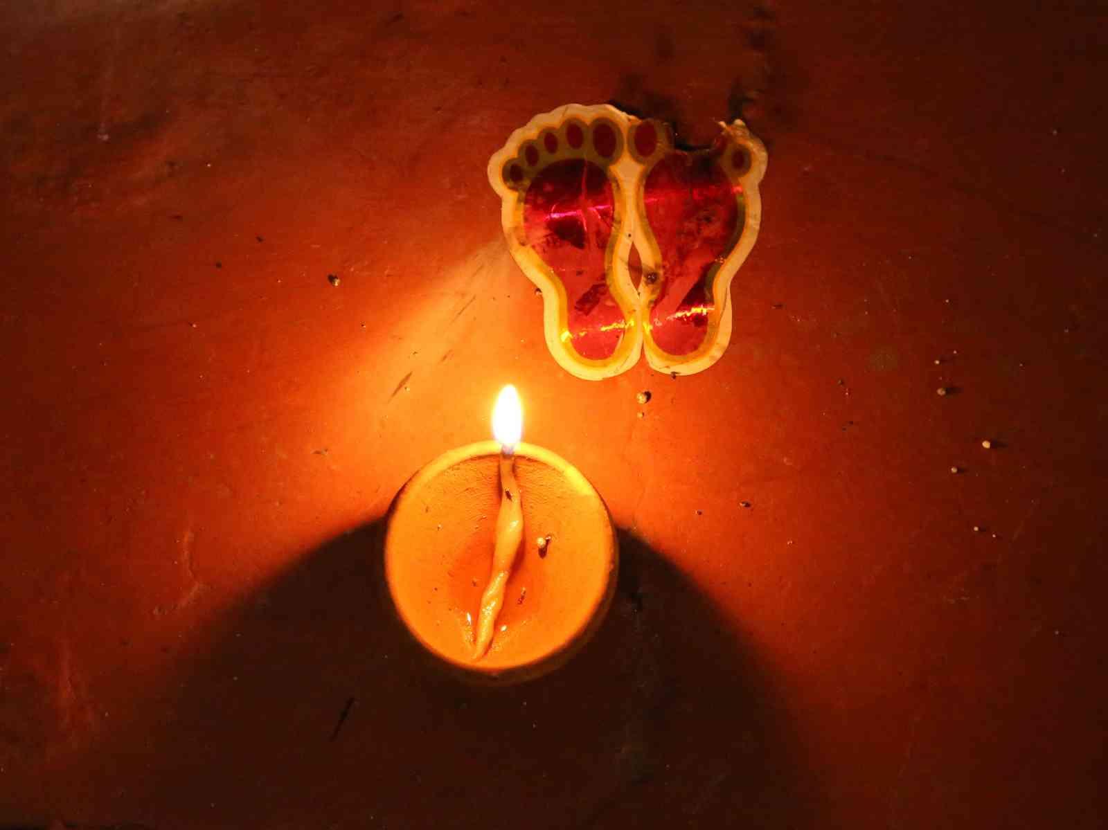 diwali worshipping goddess lakshmi